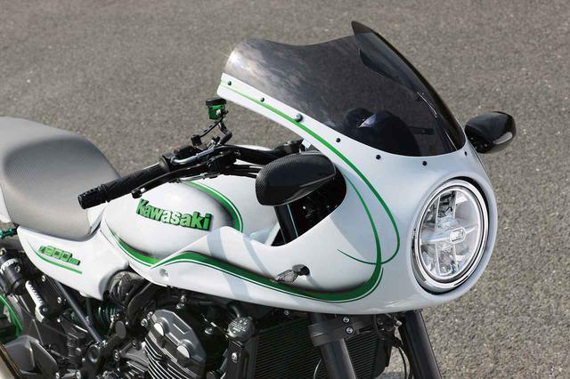 画像1: カフェレーサーカウルキット(Z系適合品で7万9800~8万9800円、各パーツ単品設定あり)はアメリカンドリームのオリジナルパーツ。角型ライト仕様の構想もあるという。スクリーンはスモーク、ミラーはマジカルレーシングのカーボンモノコック、ウインカーはスモールタイプLEDで車検適合。カウルはノーマルのLEDヘッドライトを前に出し、フルボルトオン可能なようにステーも新作(ライト角度の微調整も可能。ラジエーター部やサイド部にもステー基部が設けられる)。ハンドルバーはフラットなアクティブ・ファナティックをチョイス。