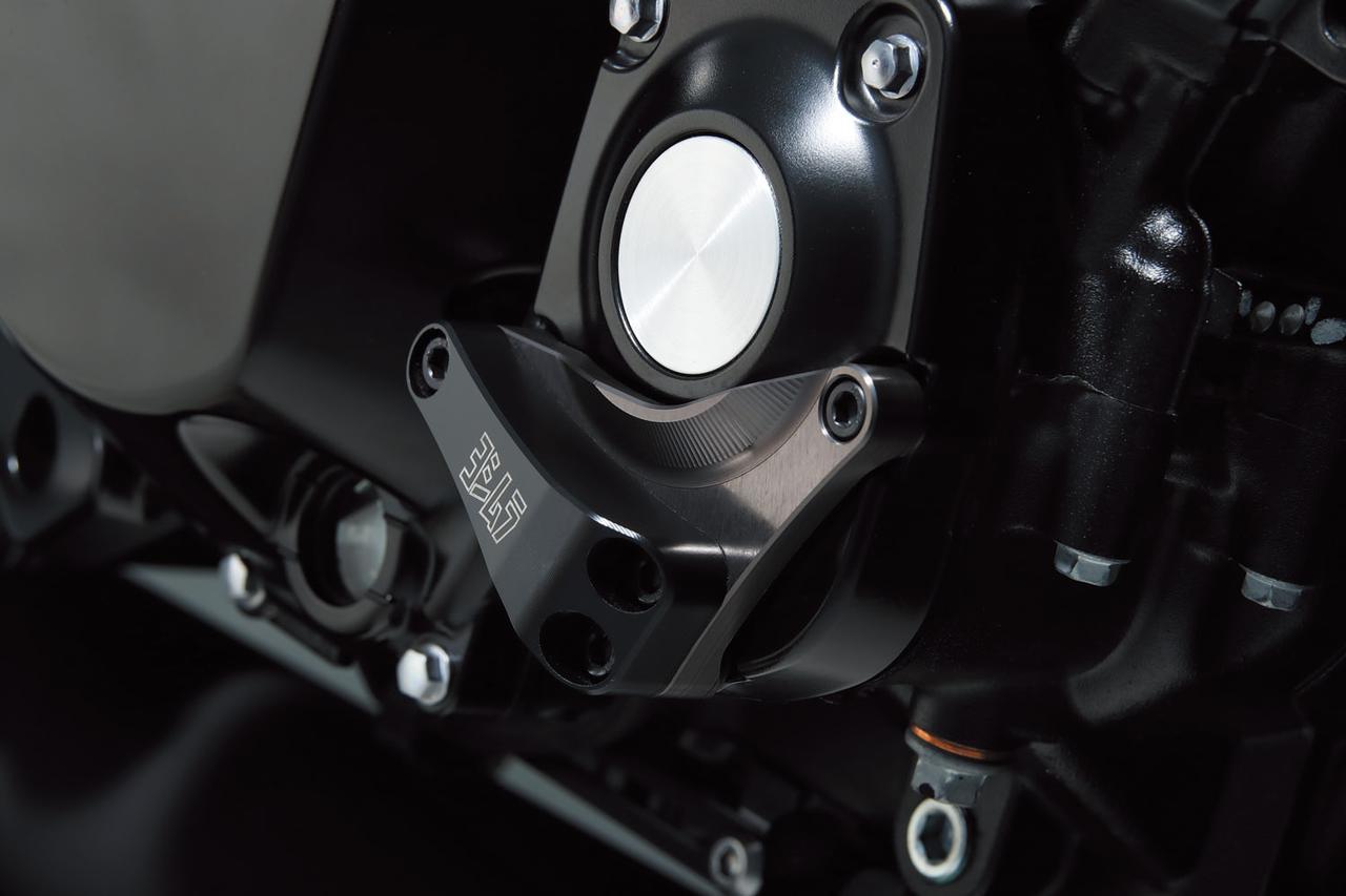 画像1: カバー部に沿わせつつデザイン要素を持たせたアルミベースに小型樹脂スライダーを組み合わせたエンジンケースガードKIT。パルサーカバー PRO SHIELD(1万6000円)とジェネレーターカバー PRO SHIELD(1万8000円)