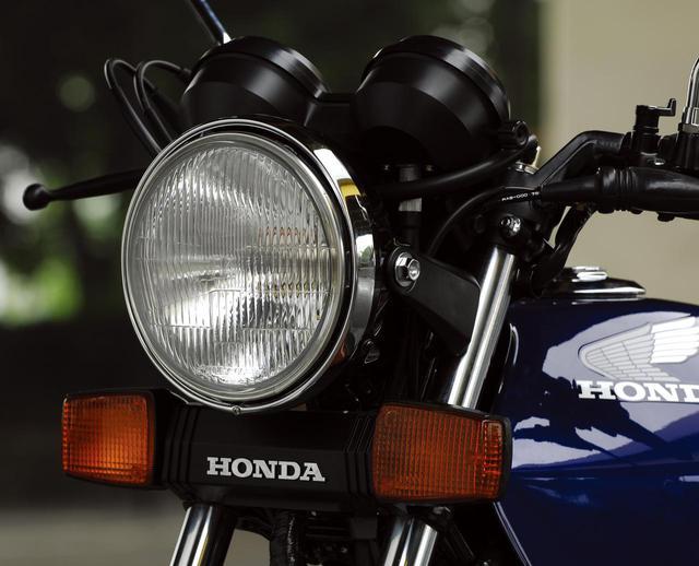 画像: 750ccクラスと同等の60/55Wハロゲンヘッドライト。電装系の充実も、この時代の進化の大きな側面だ。