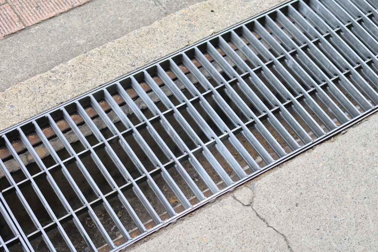 画像: 濡れていると側溝のふたもおそろしく滑ります。