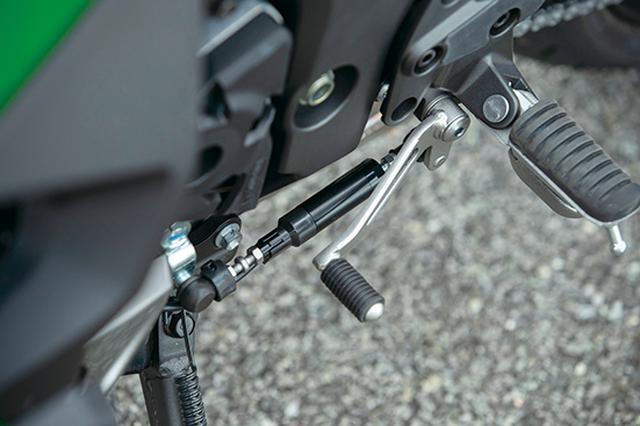 画像: アップ、ダウン両方に対応するクイックシフター、KQSを標準装備。ロングランなどの際にあるとありがたい快適装備だ。