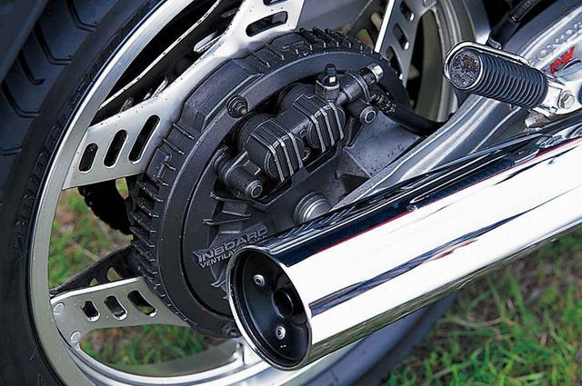 画像: ブレーキは前後ともカバー付きのインボードディスク。効きとフィーリング向上のために鋳鉄ローターを使用。