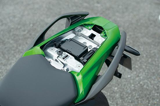 画像: 国内仕様はETC2.0車載器をシート下に標準装備。グラブバーはパニアケースを簡単に装着できる形状に変更されている。
