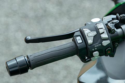 画像: クルーズコントロールを採用し、スイッチ類も操作しやすい新デザインに。グリップヒーターの標準装備も嬉しい。