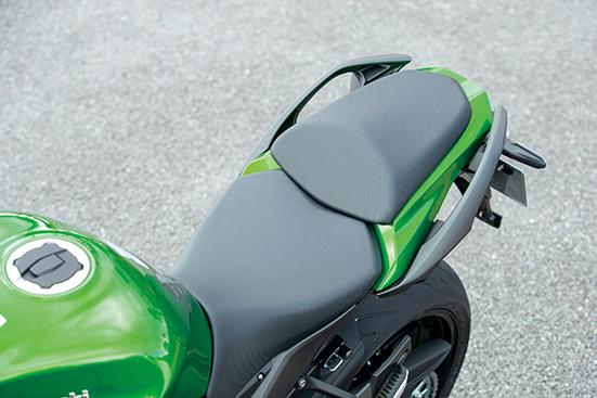画像: フロントシートのウレタン厚や密度を変更、前下がり形状を見直してライダーの快適性を向上。オプションシートも用意される。