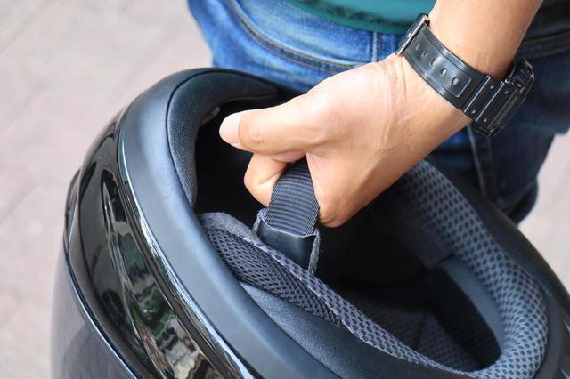 画像: ヘルメットをミラーにかけるなおじさん「ヘルメットをミラーにかけるな!」