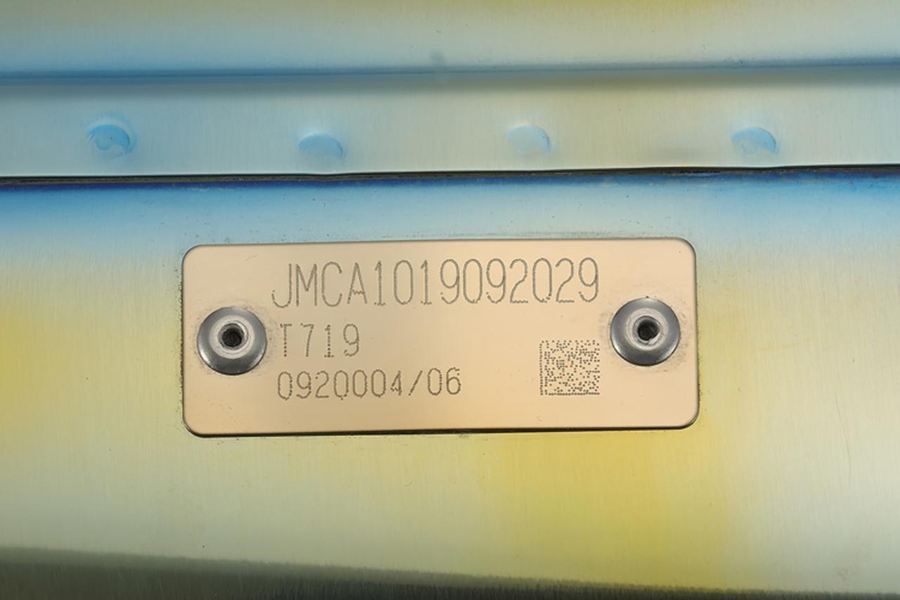 画像: KATANA用スリップオンマフラーのサイレンサー裏側に貼られたJMCA認証プレート。近接排気騒音は90dB、加速走行騒音は80dBと静かな中に、迫力の音質を両立しているのだ。