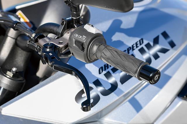 画像: 「ライトクラッチホルダー」はクラッチ操作を劇的に軽くするアイテム。価格は3万9000円+税(限定ブラックは4万4000円+税)。別途、削り出しミラーホルダー(5500円+税)が必要となる。
