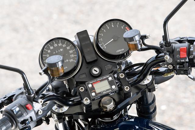 画像: メーターはMk.Ⅱのノーマルで、クラッチは油圧駆動化して左右マスターにブレンボを装着する。ステアリングステムステムは、スカルプチャーのφ[純正サイズ36→]43mm/17インチ対応品。