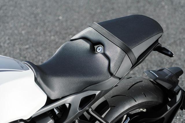 画像: 燃料タンク後端形状、そして前側を絞り込んだシート形状により、良好な足着き性を実現している。