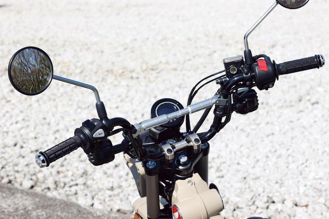画像: ハンドルアッパーホルダーはモリワキのアルミ削り出し(税込7150円)。スポーティさと上質さをアップさせるアイテムだ。