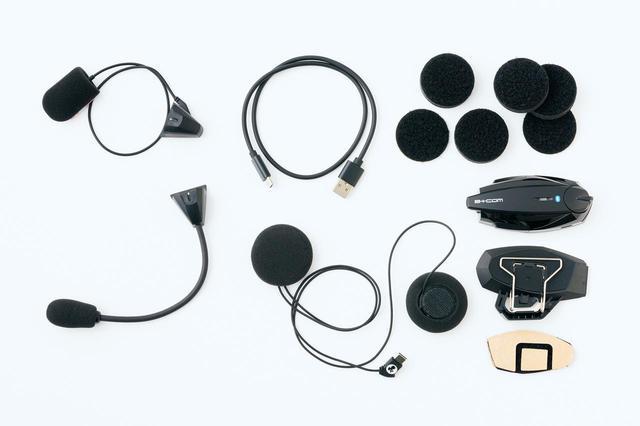 画像: SYGN HOUSE B+COM ONE 税込価格:2万9700円 左上がフルフェイスのチンバー内側に貼り付けるワイヤーマイク。その下のアームマイクはオープンフェイスやシステムヘルメット用。