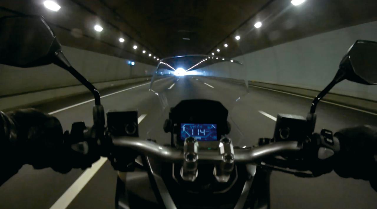 画像: 高速道路での快適さには、標準装備のスクリーンが大きく貢献。雨が降っても走行中に濡れる箇所はだいぶ少ないだろう。