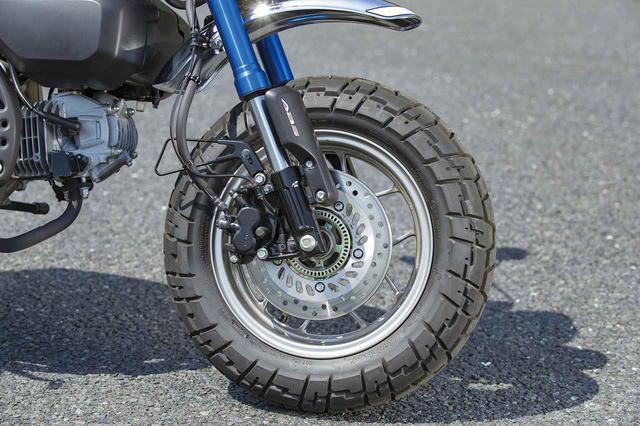 画像: 120幅12インチサイズのセミブロックタイヤは、アスファルトでもきちんと直進安定性があって、ちょっとしたダートにも気軽に入っていける。