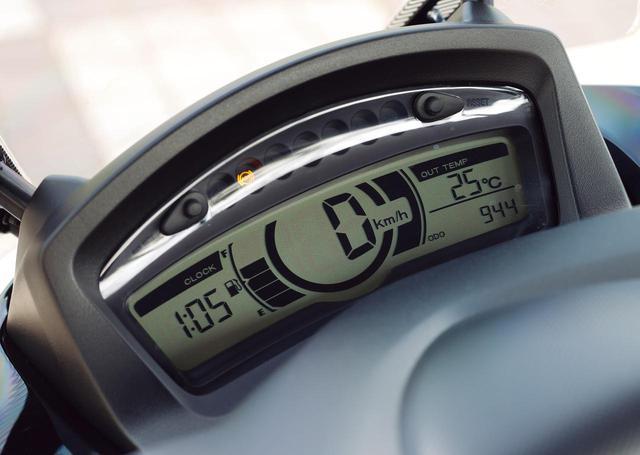 画像: シンプルかつコンパクトなメーターは液晶デジタル。燃料計、時計、外気温計など、表示項目も多彩なものとなっている。