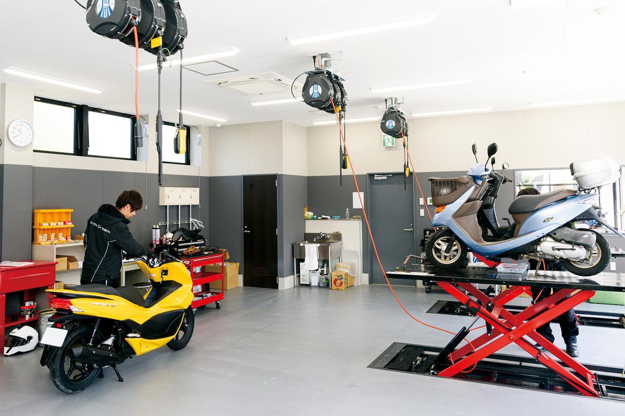 画像: 広いスペースと充実の設備を持つサービスピット。店内から作業を眺めることができます。