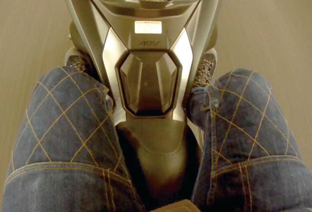 画像: シート高は795㎜。スクーターとしては高めだが、そのおかげでポジションが快適。給油口がシート下ではなくここにあるのも旅ではありがたい。