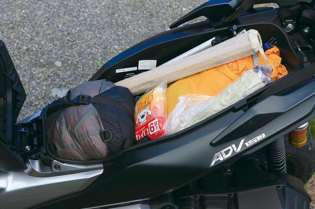 画像: シート下ラゲッジボックスの容量は27L。テントのポールなど長物を入れやすくて便利。形状にもよるがフルフェイスヘルメットも収納可能。