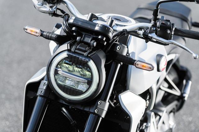 画像: 薄型LEDヘッドライトは、ハウジングをフロントフォーク間に配置し、マスの集中化に配慮した設計。
