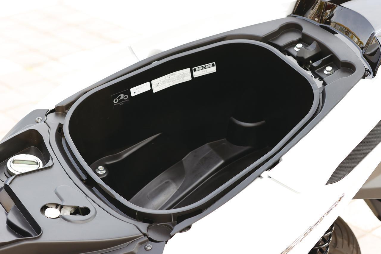 画像: ビッグスクーターが流行った時代はシート下に何十リットル入るかってのもウリでしたけど、約23.5Lもあったら十分ですね。全くもって不満なし。