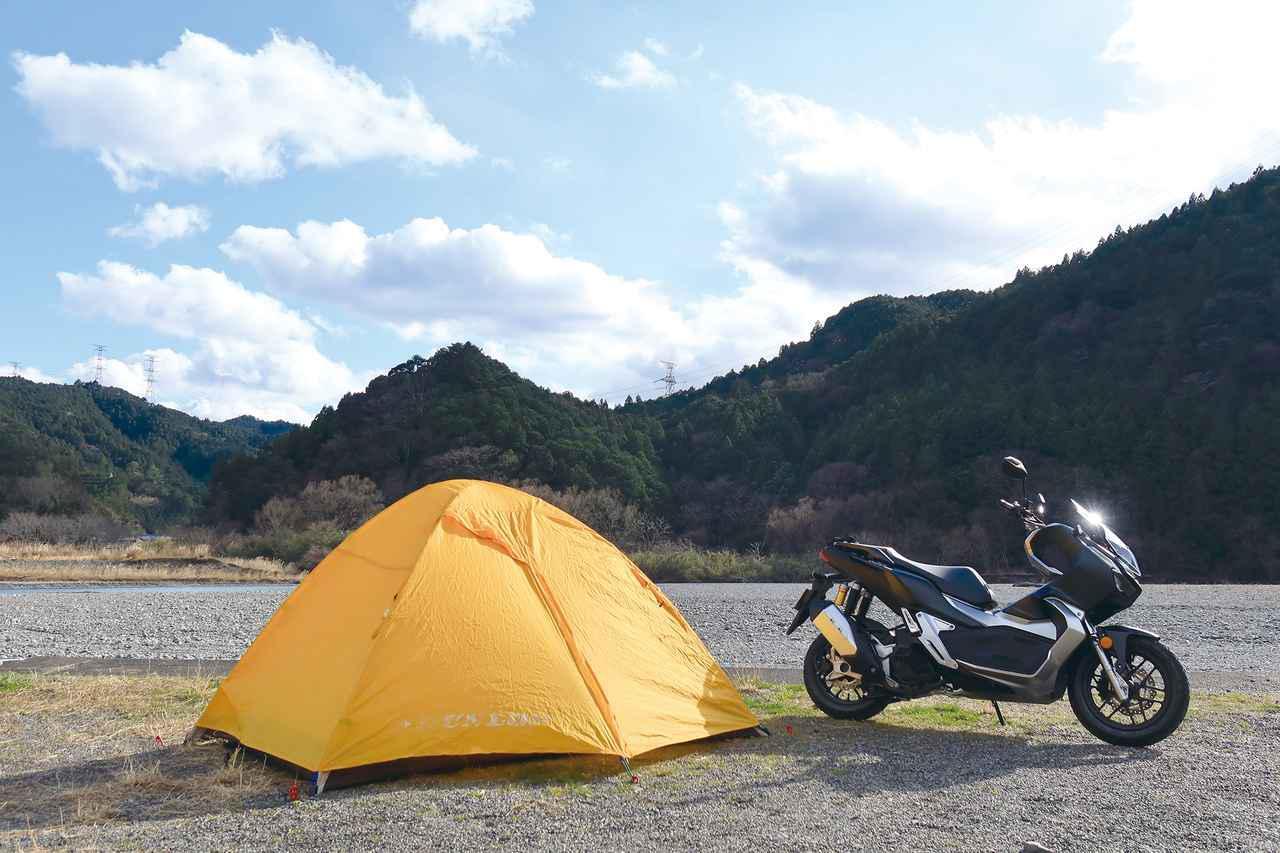 画像: 収納力+積載性の高さでキャンプツーリングを軽々と実現。ADV150のスタイリングは自然の風景とよく馴染む。