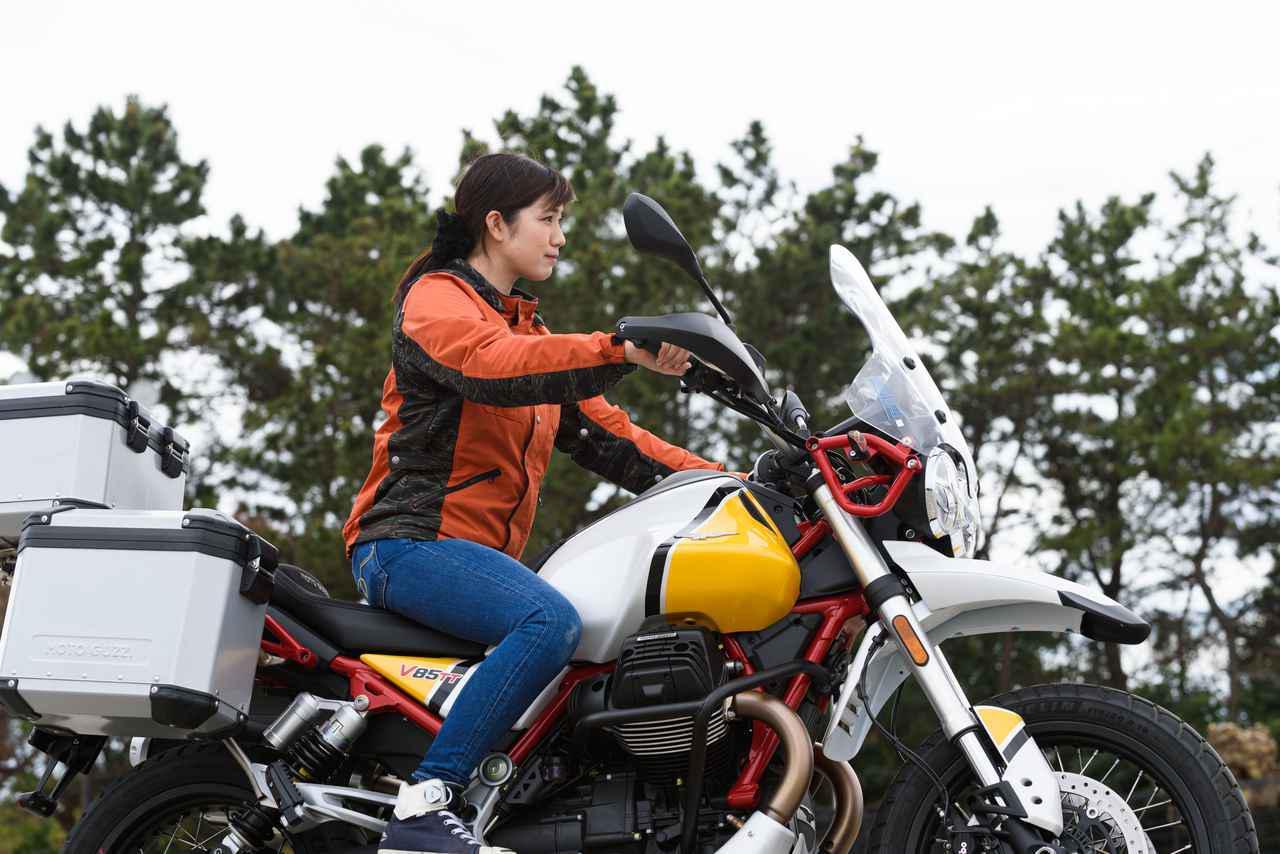 画像3: 梅本まどか × モト・グッツィ「V85 TT」足つき性もチェック!【オートバイ女子部のフォトアルバム】