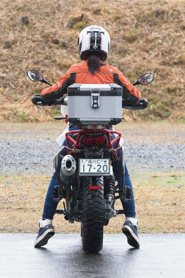 画像4: 梅本まどか × モト・グッツィ「V85 TT」足つき性もチェック!【オートバイ女子部のフォトアルバム】