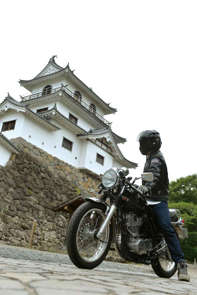 画像: 白石城 復元された天守閣。神社へ向かう時は真横を走れる。