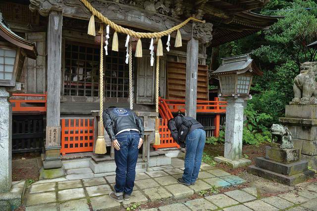 画像: 冬季は山頂へ行けなくなるため、こちらの里宮に御神体が移られます。温泉街にあり、夏季も参拝者が絶えません。晴れた日には、神社の向こうに蔵王連峰を臨みながら参拝する事が出来ます。
