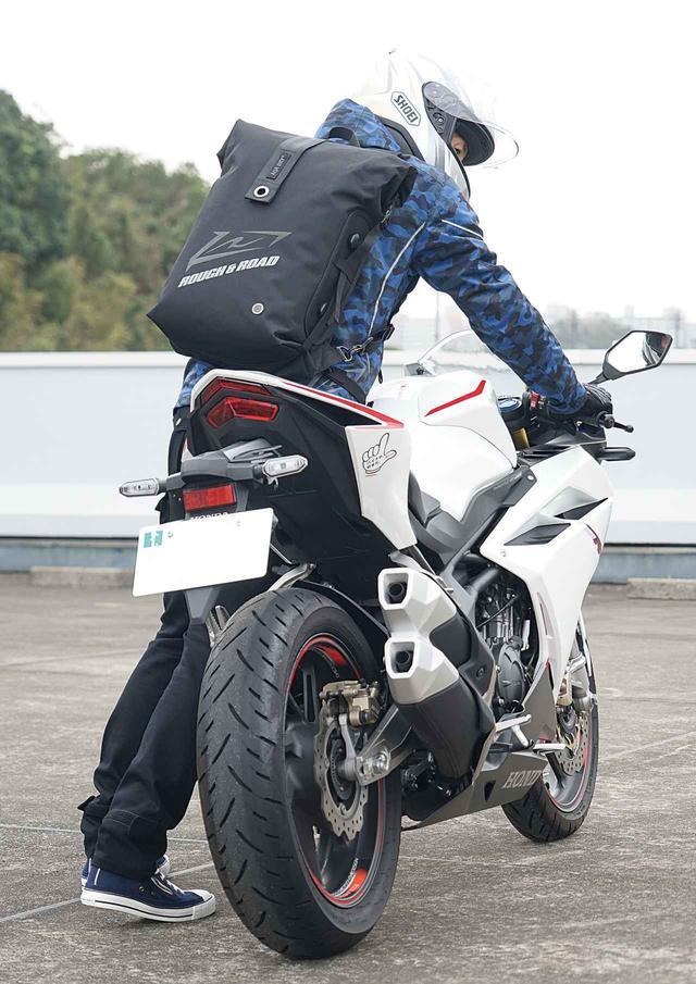 画像1: 防水リュック?防水シートバッグ?正解は両方です! コスパ良好、便利なバイク用防水バッグがラフ&ロードから新登場