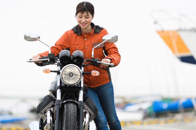 画像4: 梅本まどか × モト・グッツィ「V7 III スペシャル」足つき性もチェック!【オートバイ女子部のフォトアルバム】