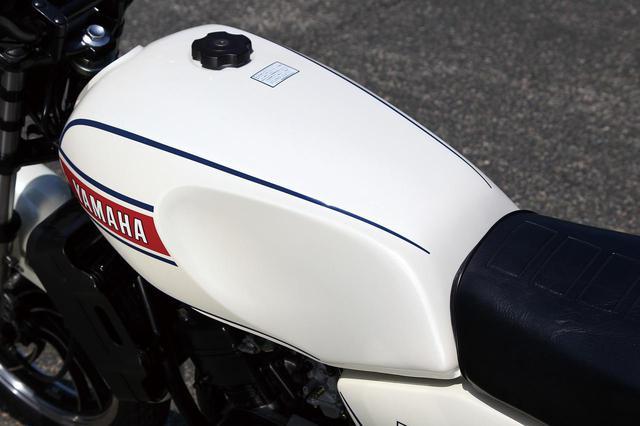 画像: 軽量化も考慮して樹脂製タンクキャップを採用。現在の目で見てもスタイリッシュでムダのない形状だ。
