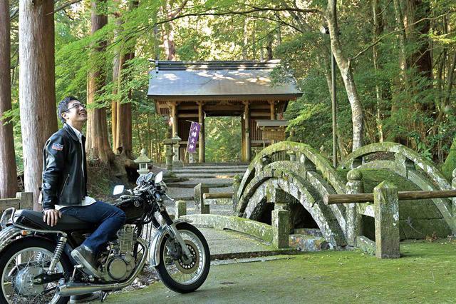 画像: 湾曲している太鼓橋は、神様のために架けられている橋。人が渡りにくい形をしているのはそのためです。