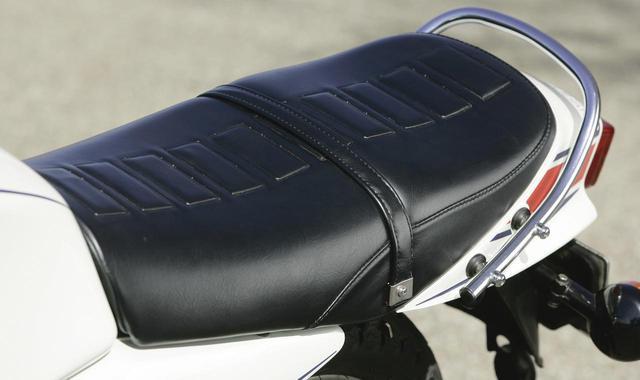 画像: 日本仕様に入れられたシート表皮のエンボス加工。段付きシートも当時まだまだ珍しいデザインだった。