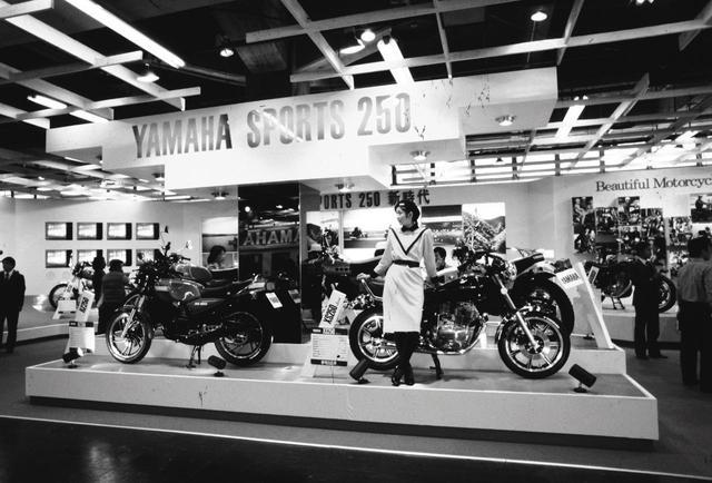 画像: RZ250は東京モーターショーで大反響を呼ぶ 1979年の東京モーターショーで発表されたRZ。その反響たるやすさまじく、まだ発売時期もわからないうちに予約が殺到。80年8月に発売開始され、納車が半年待ちという異常ともいえる人気だった。