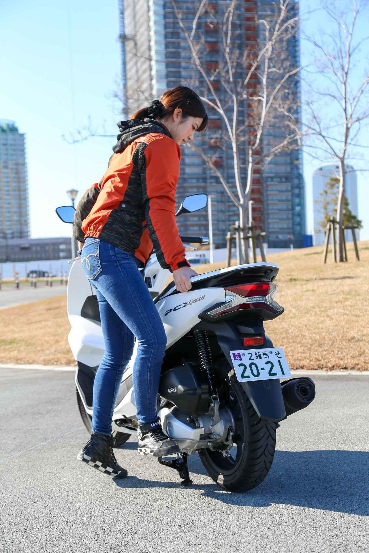 画像5: 梅本まどか × ホンダ「PCX150」 足つき性もチェック!【オートバイ女子部のフォトアルバム】