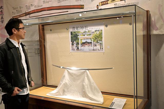 画像: 館内では、神社に奉納された刀や太刀の特別展示会が開かれていました。こちらは刃が下向きなので、「太刀」ですね。
