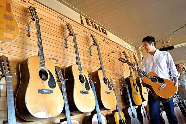 画像: ここは社員食堂。貴重なヤイリギターが、ずらりと展示されています。社員の皆さんは、食事の時もギターに囲まれているんですね!