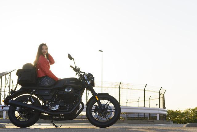 画像1: Ruriko × モト・グッツィ「V7 III ストーン ナイトパック」足つき性もチェック!【オートバイ女子部のフォトアルバム】