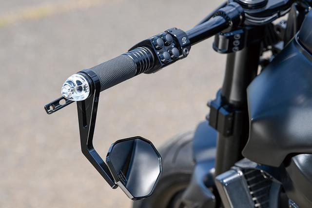 画像: ハンドルはLSL製D2バーを半分にカットした上で、MGM-Bikes製クランプでマウント。バーエンドにモトガジェット製ウインカーが付く。