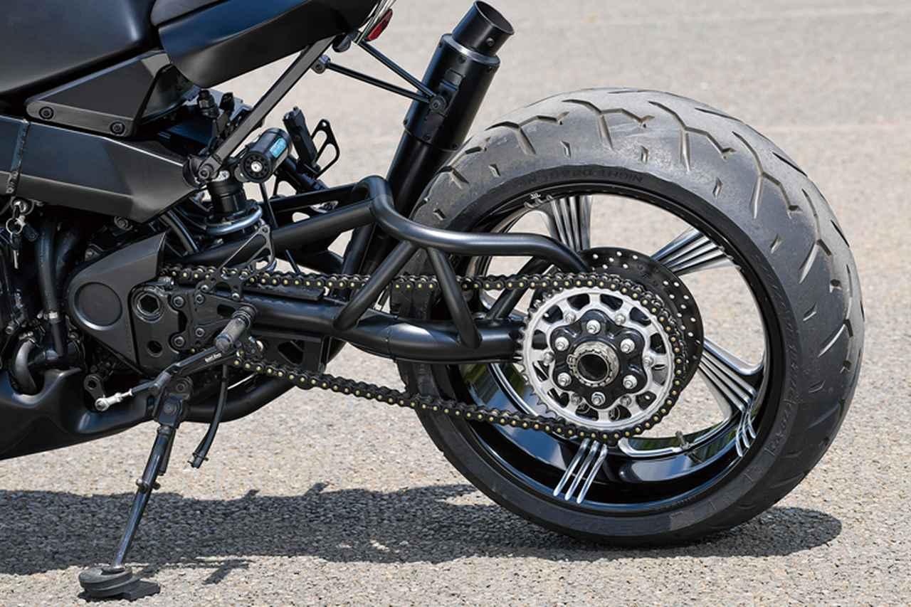 画像: リヤサスはナイトロンでブラックにカラー変更済み。片持ちとしてホイールのコントラストカットデザインを見せるトラス形状のスイングアームは、Gregg's Custom製。アンダーカウルはMGM-Bikes製だ。この車両での使用パーツの多くはG-zac.comでも扱っている。