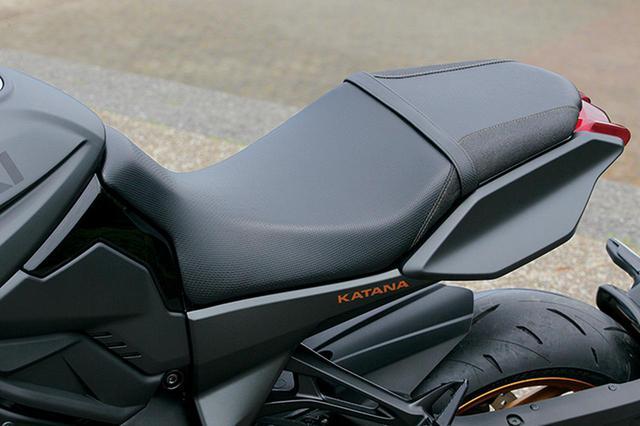 画像: シート形状はノーマルだが、表皮はメインにカーボン調、サイドは玉鋼をイメージしたもの。KATANAロゴとステッチはゴールド。
