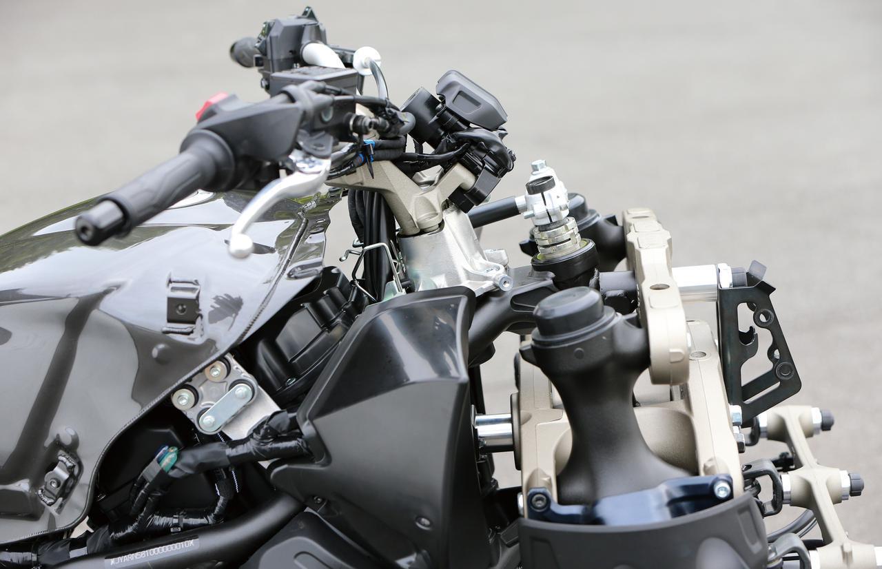 画像: ナイケンのフロントまわりを横から見たところ。ステアリング軸はライダー側にオフセットされ、パラレログラムとは別に作動する。