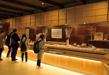 画像: 2014 年に完成した参集殿には約70畳の広さを持つ御神札・お守り授与所が。ご祈祷や御朱印もこちらで受付ます。