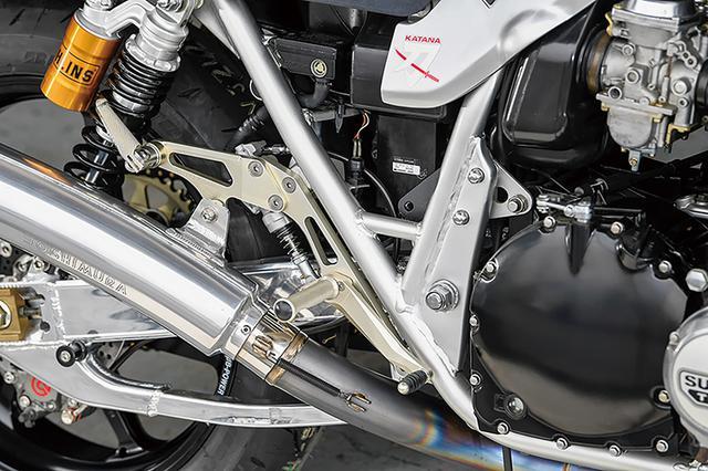 画像: ステップはブラケットマウントにマウントする、ファイナルエディション対応のヨシムラ製(生産終了品)だ。タンデムステップ部がマフラーステーとなっていて、今回使ったヨシムラマフラーと合わせて使うもの。エンジンやフレームはノーマルをキープしている。