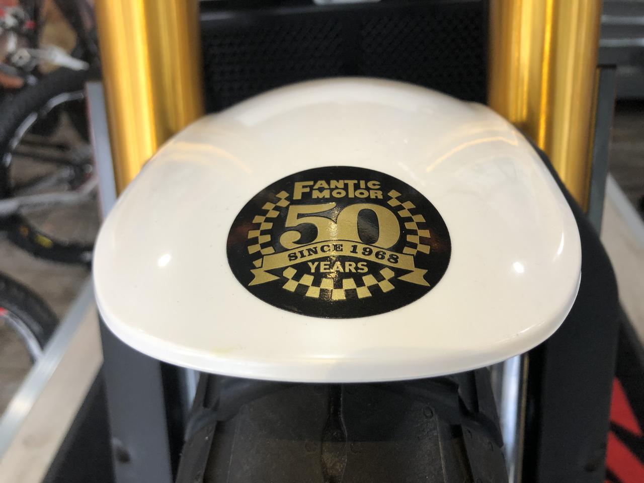 画像: フロントフェンダーの先端にファンテックのクラシカルロゴでデザインされた50thステッカーが貼られています。