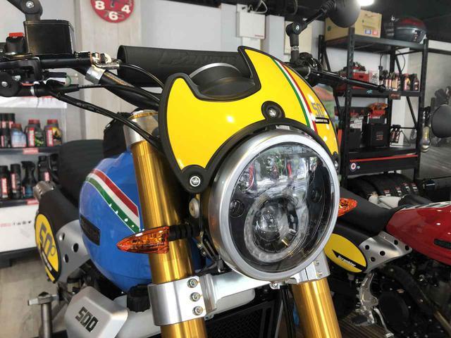 画像: オプションパーツとしてラインアップされていたヘッドライトスクリーンは50thデザインのものが標準装備されます。