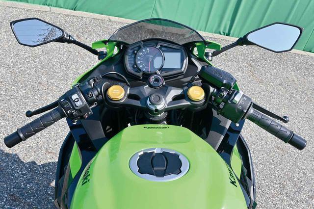 画像: Ninja250と同等、トップブリッジに肉抜きホールを設けて剛性をコントロール。メーターもほぼ共通デザインだが、タコメーターはフルスケール2万回転だ。