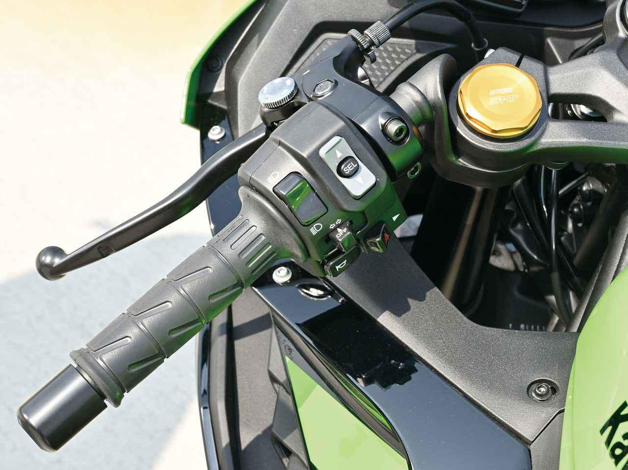 画像: 左スイッチはZ900と同タイプ。モードセレクトボタンが設置され、電子制御メニューを選択できる。ハンドルは高い位置に、ややタレ角をつけてセパハンをセット。