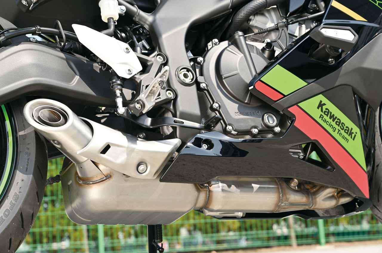 画像: 4本のエキパイが集合してキャタライザーに連結され、消音機能のサブチャンバーへとつながるレイアウトのショートマフラー。マスの集中化も図られている。